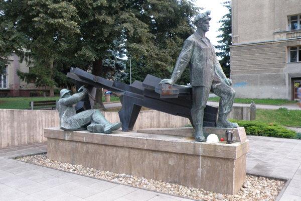Pamätník pri Vežičke si ľudia spontánne zvolili za miesto piety.