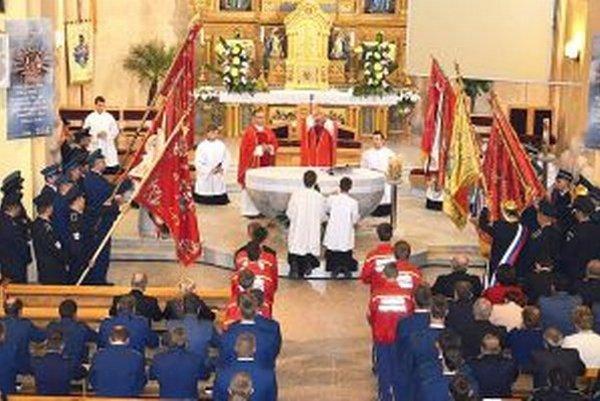 Na slávnostnej svätej omši hasiči ďakovali za nové priestory.