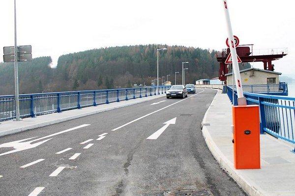 Cesta po vynovenom priehradnom múre je šesťkilometrovou skratkou.