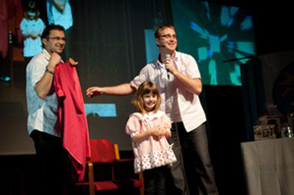 S ukecanými moderátormi Lacikem a Pecikem si speváci na pódiu užili veľa zábavy.