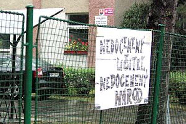 Takéto plagáty boli v Púchove už počas prvého štrajku. Už vtedy učitelia hovorili, že nejde len o platy.