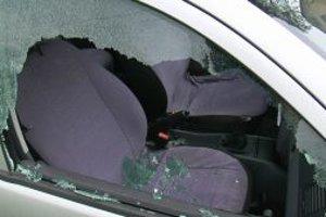 Zlodeji ukradli cez rozbité okno auta peňaženku.