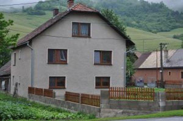 V tomto rodinnom dome náhodný výstrel zranil Maťka v čase, keď policajti hľadali vinníka zvaleného plotu.