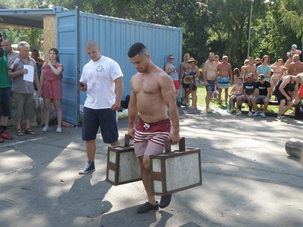 S betónovými kuframi zápolí Branislav Zelovič