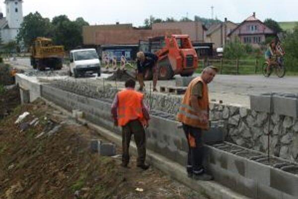 Robotníci most rekonštruujú aj rozširujú.