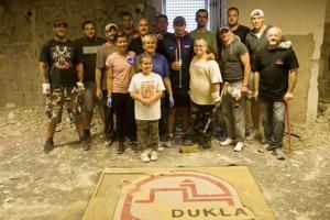 Brigádnici na búracích prácach kabíny A-tímu Dukly Trenčín.
