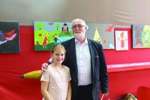 Viktor Jasaň s úspešnou účastníčkou stretnutia talentovaných rómskych detí (MIRO JILO) v Drienovci.