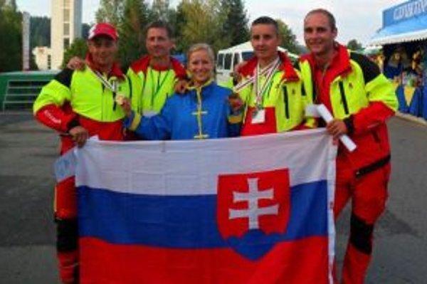Zľava: Jaroslav Kukuc, Jaroslav Perveka, Patrik Francúz a Tomáš Kvasničák s bieloruskou predavačkou.