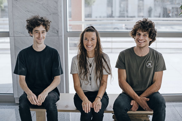 Pod rukami týchto šikovných mladých ľudí vznikajú originálne dizajnové kúsky nábytku.