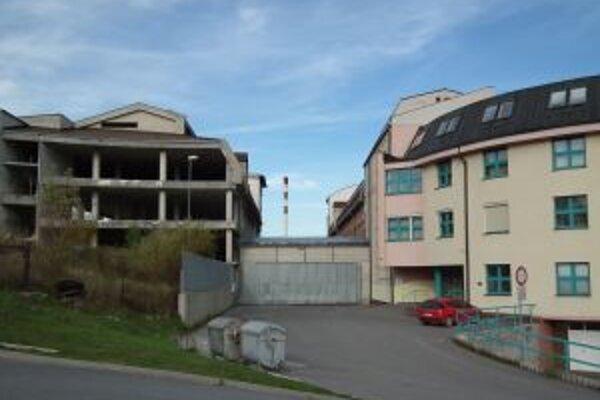 Namiesto nemocnice chce dať mesto Námestovčanom garáže alebo nájomné byty, možno aj oboje.