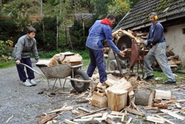 Pílenie dreva. A potom už len do pece.