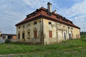 Schátraný, pôvodne renesančný kaštieľ v obci Vlková.