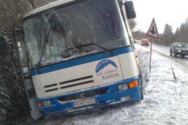 Cestujúcich z autobusu dostali až hasiči.