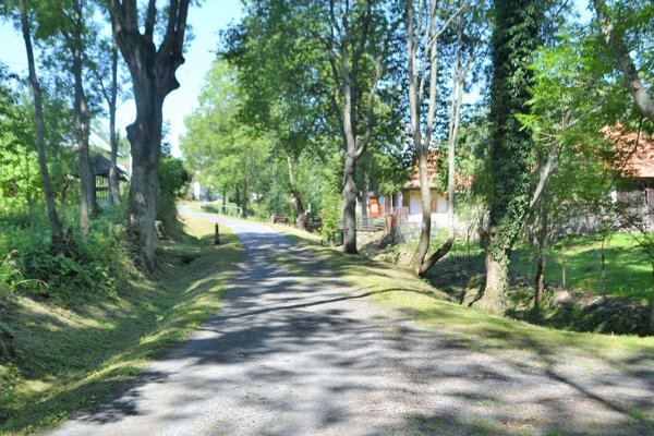 Dedina v Lučeneckom okrese je učupená v nádhernom prostredí.