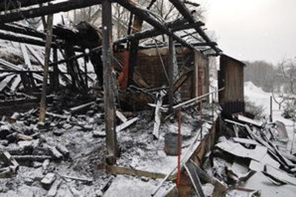 Z drevárne ostali len obhorené zvyšky.
