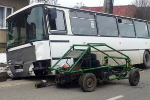 Vozidlo bez bŕzd zastavil až autobus.