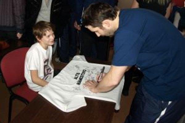 O podpis Jána Laca bol medzi mladými fanúšikmi veľký záujem.