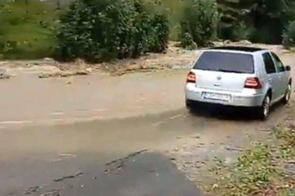 V mestskej časti Čadca - Rieka zalial potok cestu.