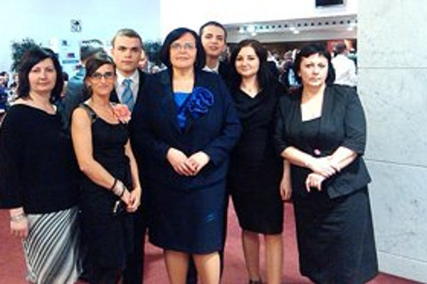 Helena Gondárová Vyhničková (uprostred) so synmi, námestníčka riaditeľa pre ošetrovateľskú starostlivosť Renáta Darmošová a kolegyne z ÚVN SNP Ružomberok FN.