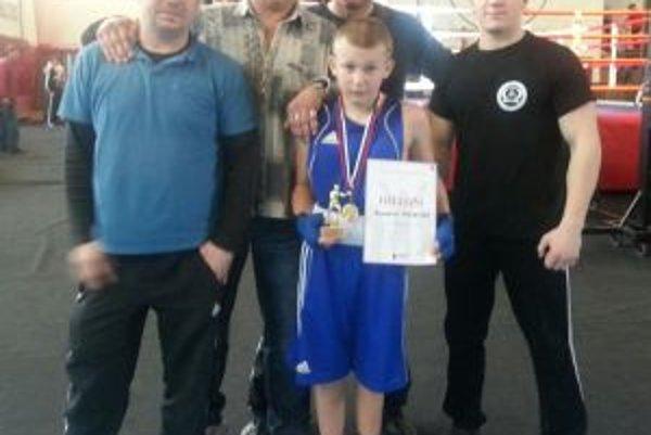 Zľava Martin Gajdoš, Anton Lašček, Peter Triebeľ, medailista Alex a ukrajinský tréner Mikhail Chebany.