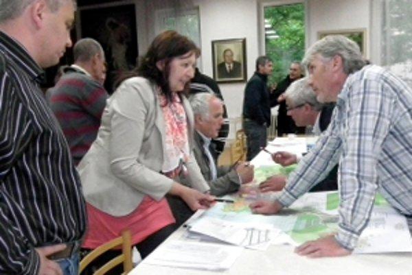 Manželia Anna a Marián Gočovci (druhá a tretí zľava), spracovatelia doplnku územného plánu na rokovaní mestského zastupiteľstva.