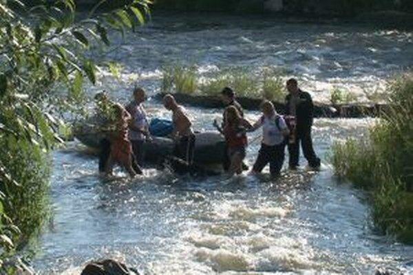 Po dlhých minútach na divokej vode sa rafteri konečne dostali na pevnú zem.