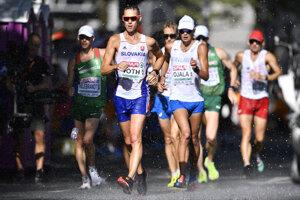 Olympijský víťaz, slovenský chodec Matej Tóth (uprostred) počas pretekov.