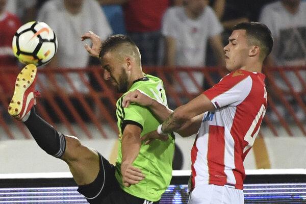 Hráč FC Spartak Trnava Anton Sloboda (vľavo) a Nemanja Radonjič (Belehrad) v súboji o loptu.