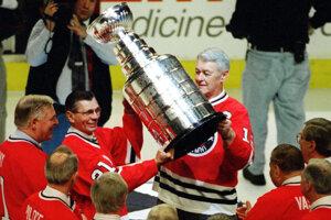 Stan Mikita (druhý zľava) bol v roku 1996 súčasťou ceremónie, na ktorej sa oslavoval zisk Stanleyho pohára z roku 1961.