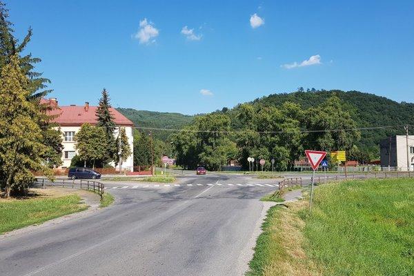 Križovatka Ulice 1. mája a Hlavnej ulice v meste Hnúšťa.