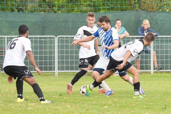 Futbalisti Kozároviec nedokázali udržať vedenie zprvého polčasu anakoniec vprvom kole podľahli nováčikovi zMarcelovej.