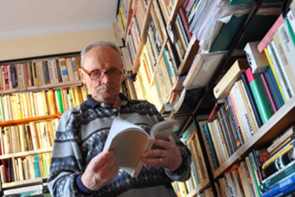 Ján Štepita vo svojej knižnici.