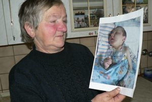 Drahomíra Trančová. S fotkou z posledných dní vnukovho života.