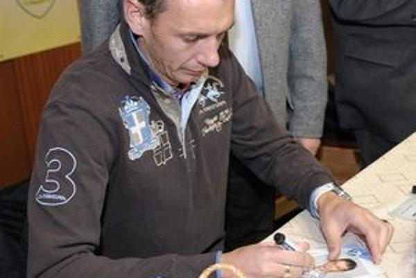 Zdeno Štrba podpisuje svoje hráčske kartičky nádejným Námestovčanom.