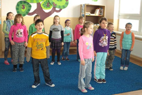 """Časť detí z Kašunky. V súbore sú spokojné. """"Naša pani učiteľka je k nám veľmi milá,"""" povedali na minulotýždňovom nácviku tanečníci."""