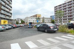 Parkovisko by sa malo na niekoľko mesiacov premeniť na stavenisko. Po dostavbe budovy tam zaparkujú iba majitelia státí.