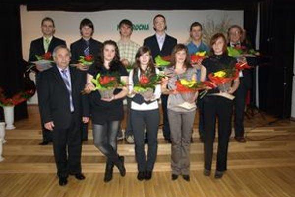 Ocenení za rok 2010Hore zľava: P. Machunka, F. Janček, A. Bránický, M. Uhlík, J. Kuloštiak, F. Medvecký.  Dole zľava: I. Šaško, J. Brčáková a D. Medvecká (zastupovali V. Turčákovú a B. Spišiakovú), L. Sirotová,  N. Rakytová