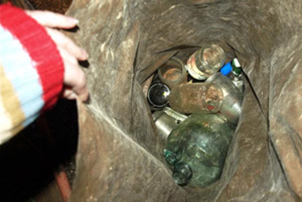 Sklo, plasty, kovové obaly a tetrapaky patria do špeciálnych vriec, nie do smetiakov.