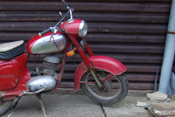 Na ukradnutej motorke ďaleko nezašiel.