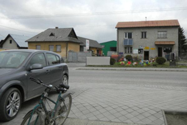 Obecnú budovu (vpravo) a súkromný dom mienil investor zbúrať.