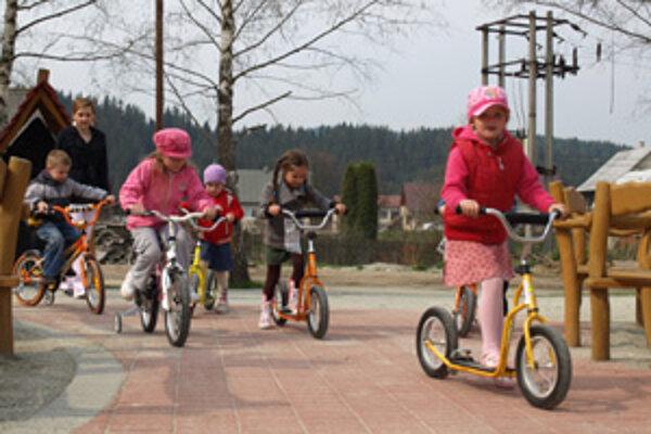 Dopravné ihrisko by využívali školáci aj škôlkari. Mohli by po ňom jazdiť nielen na bicykloch, ale i na trojkolkách, ktoré kúpili vďaka cezhraničnému projektu.