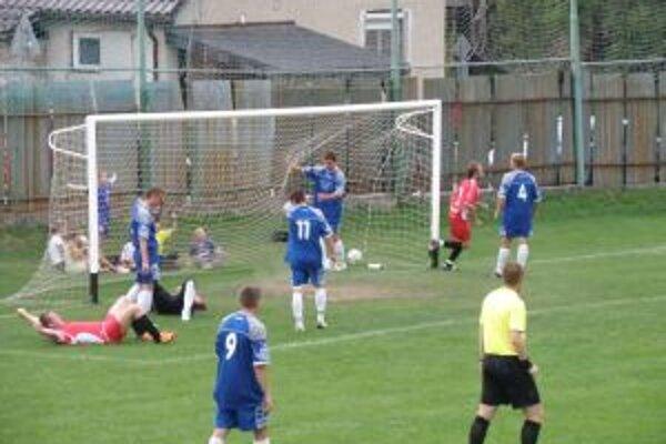 Prečínčan Kopáč (vpravo v červenom) dal vedúci gól proti Domaniži. Vľavo na zemi sa teší spoluhráč a strelec druhého gólu Almásy.