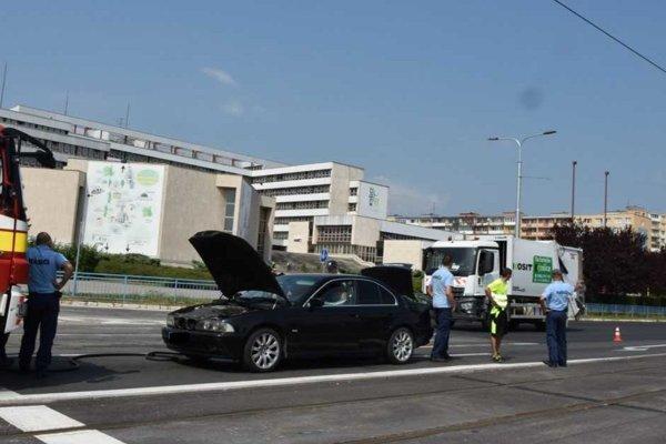 BMW začalo horieť na Toryskej ulici.