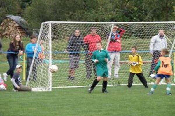 Prečínčania (v zelenom) podľahli Malým Ledniciam na turnaji v Udiči.