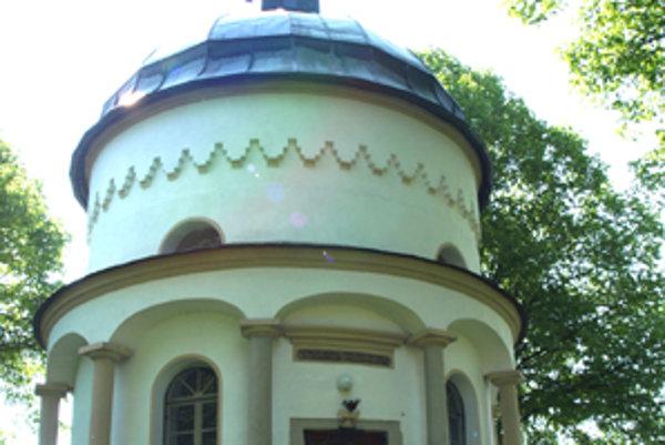Kaplnka na vrchu kalvárie má približne stodvadsať rokov. Jej predchodkyňu postavili ešte o šesťdesiat rokov skôr.