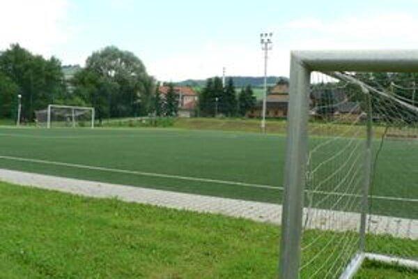 Mesto prenajíma firme Horis pozemok pod umelou trávou veľmi lacno, platí jej ešte aj za užívanie ihriska.