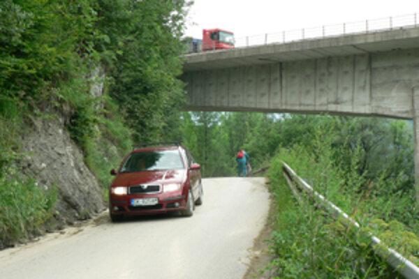 Nebezpečný úsek. Cesta medzi Dolným Kubínom a Bzinami je úzka, neprehľadná. Hlavne po zime na ňu padajú aj skaly.