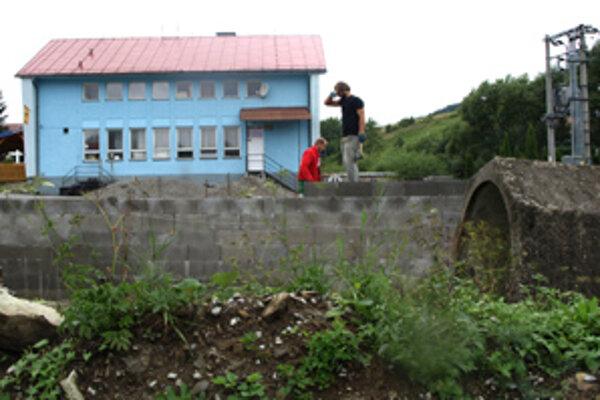 Oporný múr pri obecnom úrade.