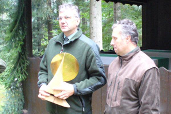 Pavol Dendys (vpravo) pred prevzatím ceny od generálneho riaditeľa Igora Viszlaia.