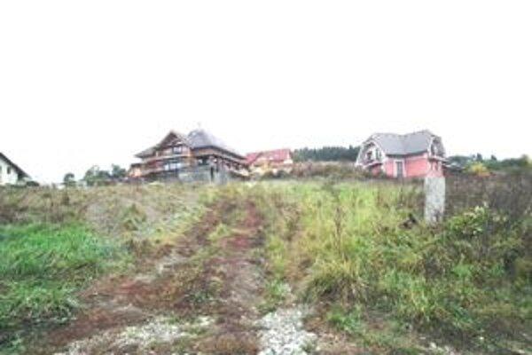 Nad Brehmi. Mesto zastavilo v tejto aj ďalších lokalitách stavebnú činnosť, pre nedostatok peňazí.
